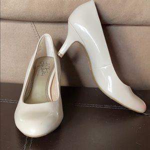 NWOB Life Stride soft system heels 6.5 nude